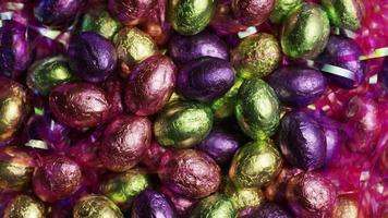 foto rotativa de doces de páscoa coloridos em uma cama de grama de páscoa - páscoa 226 video