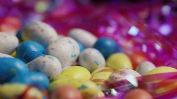 Foto giratoria de coloridos dulces de Pascua sobre un lecho de pasto de Pascua - Pascua 146