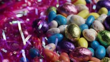 Foto giratoria de coloridos dulces de Pascua sobre un lecho de pasto de Pascua - Pascua 174