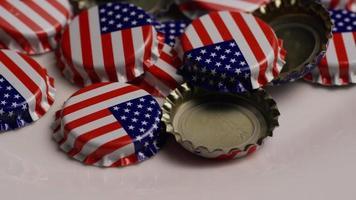 tomada rotativa de tampas de garrafa com a bandeira americana impressa nelas - tampas de garrafa 034