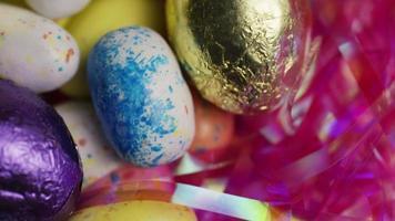 Foto giratoria de coloridos dulces de Pascua sobre un lecho de pasto de Pascua - Pascua 167