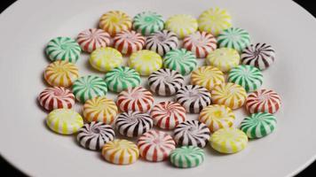 colpo rotante di un mix colorato di varie caramelle dure - caramelle miste 017