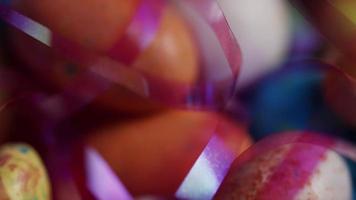 Foto giratoria de coloridos dulces de Pascua sobre un lecho de pasto de Pascua - Pascua 135