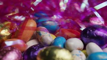Foto giratoria de coloridos dulces de Pascua sobre un lecho de pasto de Pascua - Pascua 177