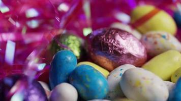 Foto giratoria de coloridos caramelos de Pascua sobre un lecho de pasto de Pascua - Pascua 179