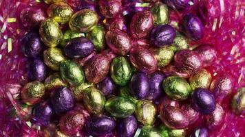 Foto giratoria de coloridos dulces de Pascua sobre un lecho de pasto de Pascua - Pascua 225