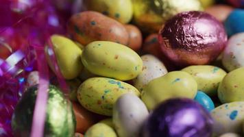 Foto giratoria de coloridos dulces de Pascua sobre un lecho de pasto de Pascua - Pascua 178