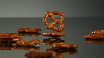 salatini che cadono e rimbalzano in ultra slow motion (1.500 fps) su una superficie riflettente - pretzel phantom 012