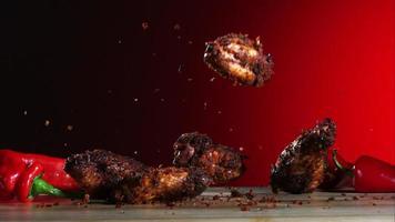 asas de frango defumadas caindo e saltando em câmera ultra lenta (1.500 fps) - fantasma de asas de frango 031 video