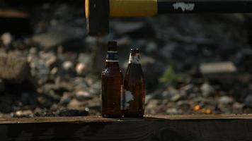 Glasflasche in Ultra-Zeitlupe zerschlagen (1.500 fps) - Flasche zertrümmert Phantom 005