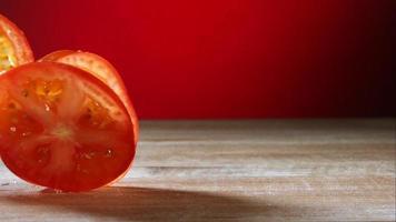 Tomatenscheiben rollen in Ultra-Zeitlupe (1.500 fps) auf einer Holzoberfläche - Grillphantom 037