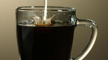 leite derramado no café em câmera ultra lenta (1.500 fps) - café com leite fantasma 007 video