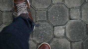 vista de cima pés caminhando em linha reta