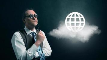 gracioso nerd o geek mirando a una nube voladora con un icono de globo giratorio