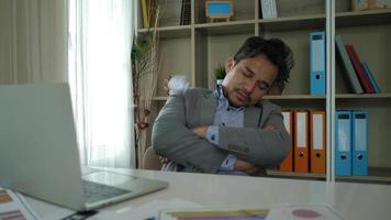 empresário estressado com descanso vencido e não o suficiente. video