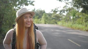 mulher caminhando na estrada video