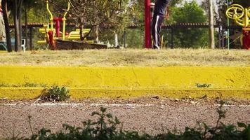 parque público com pessoas caminhando e correndo video