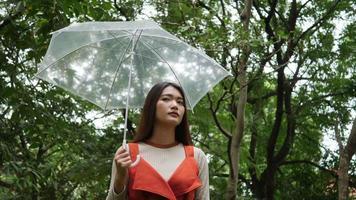 mão de uma mulher sozinha segurando guarda-chuva na chuva