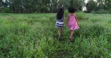 duas meninas correndo pelo parque, conceito de amizade video