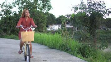 mujer activa en bicicleta en el parque
