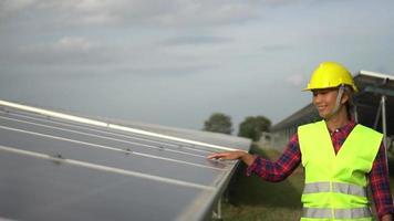 engenharia verificando fazenda de células solares
