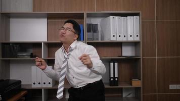 empresário engraçado dançando no escritório