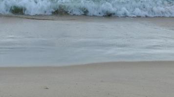 close up das ondas do mar na praia video