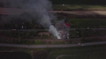 drone volando de un incendio en 4k