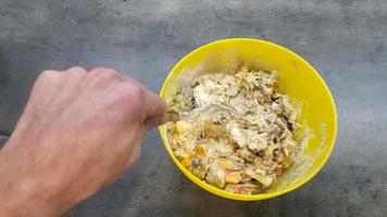 preparando la masa en su lugar sobre la mesa. concepto de cocina. Movimiento de video 4k