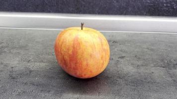 hermosa manzana fresca está sobre la mesa. cerrar 4k, espacio de copia video