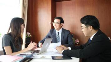 handshake de parceiros de negócios após a assinatura do contrato no escritório. video