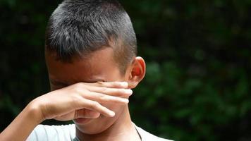 Cerca de la cara de un niño llorando