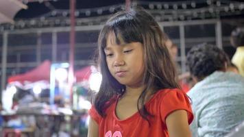 enfants petite fille aime manger dans la rue.