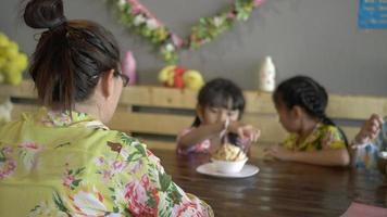 feliz família asiática tomando sorvete e tomando selfie com smartphone.