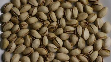Tir cinématique et rotatif de pistaches sur une surface blanche - pistaches 004