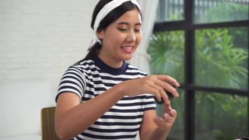 mulher linda fazendo maquiagem video