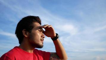 hombre solitario de pie y mirando al cielo. video