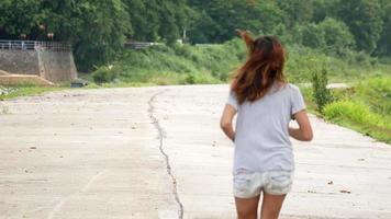donna fare jogging nel parco video