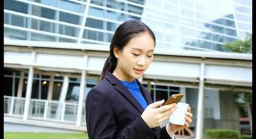 empresária no celular video