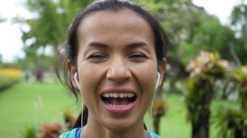 Fit jeune femme en riant après l'exercice