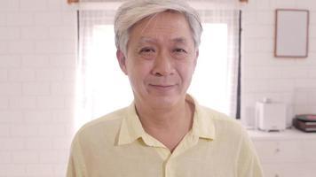 anciano asiático sintiéndose feliz