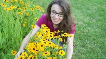 jovem sentindo o cheiro de flores amarelas
