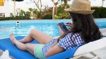 mulher usando telefone celular na piscina video