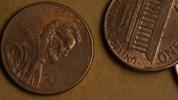 rotierende Stock Footage Aufnahme von amerikanischen Pennys (Münze - $ 0,01) - Geld 0165