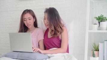 jovens mulheres asiáticas usando laptop video