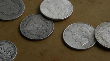 Imágenes de archivo giratorias tomadas de monedas americanas antiguas - dinero 0058 video