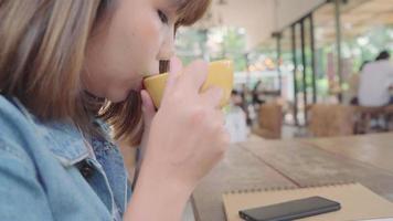 mujer asiática bebiendo té