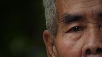Close up portrait d'un homme âgé dans le parc video