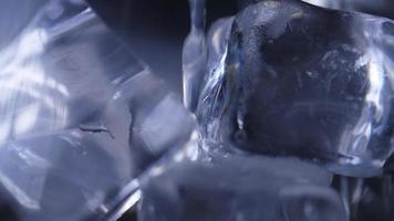 Cerrar vertiendo refresco en vaso con hielo