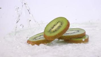 sul tavolo cadono diverse fette di kiwi